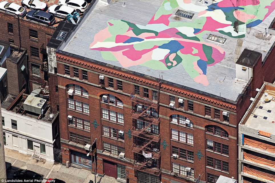 Chelsea, Manhattan: A Cool mural on a white roof above a gallery building in Chelsea new york secret rooftop New York secret rooftop world – Alex Maclean article 2139899 12EF2D6A000005DC 414 964x642